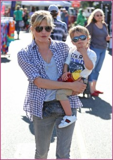 ©BAUER-GRIFFIN.COM Selma Blair spends the day at the Studio City Farmers Market with her son Arthur Saint Bleick. NON-EXCLUSIVE September 22, 2013 Job: 130922H2 Los Angeles, California www.bauergriffin.com www.bauergriffinonline.com